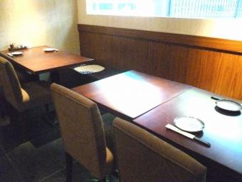テーブル席。
