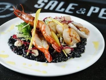 乌贼墨海鲜烩饭     大虾和烤鱿鱼