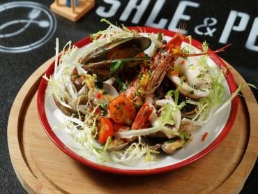 海鲜很多的海鲜沙拉    有机蔬菜和柠檬香烟熏